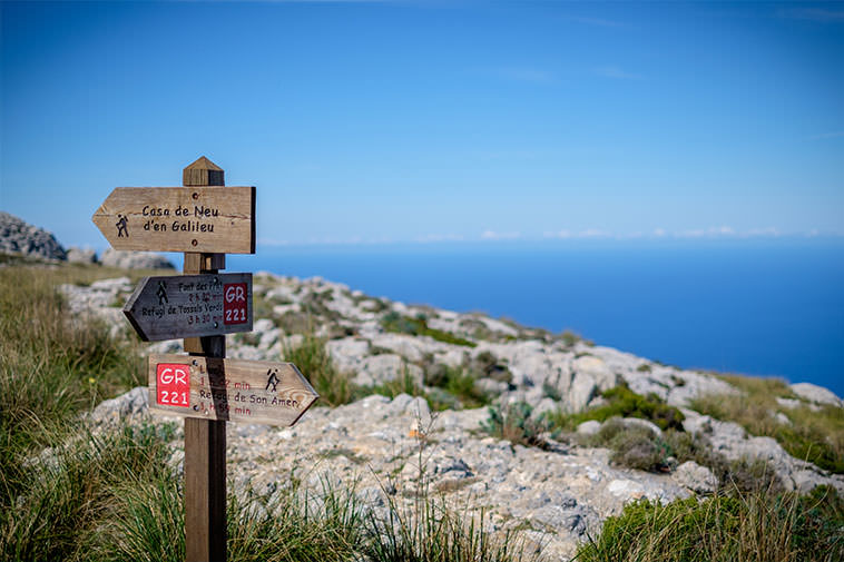 Discover the Serra de Tramuntana during the day and, at night, relax in your holiday villa in Mallorca.