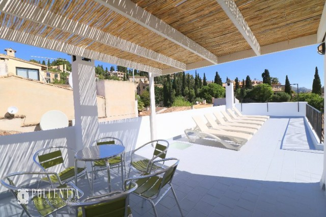 Townhouse to rent in Pollensa with wonderful terraces and a lemon tree